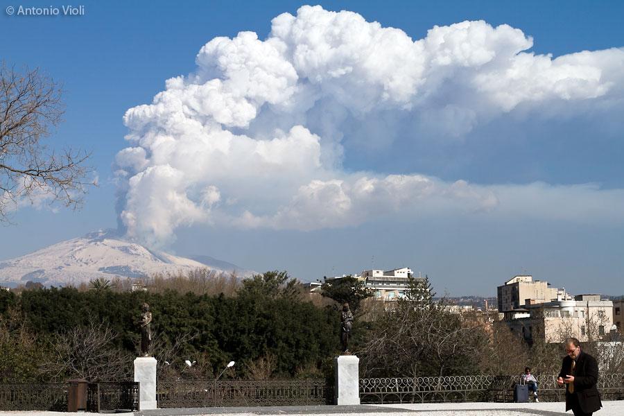 Catania, eruzione dell'Etna.