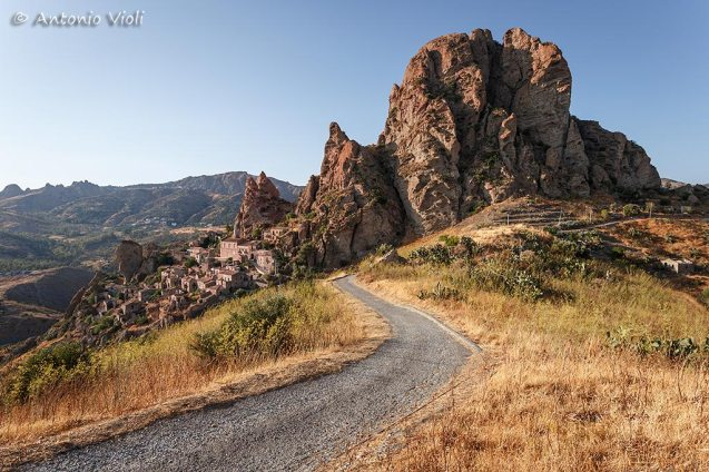 A country road leading to the rock and the abandoned village of Pentedattilo.
