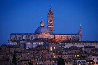 The Duomo (Cathedral) at night, Siena, Tuscany, Italy.