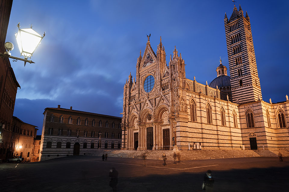 Cathedral and Piazza del Duomo at night in Siena, Tuscany, Italy.