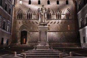 Piazza Salimbeni square with statue of Sallustio Salimbeni, headquarters of the bank Monte dei Paschi di Siena, Siena, Tuscany, Italy.