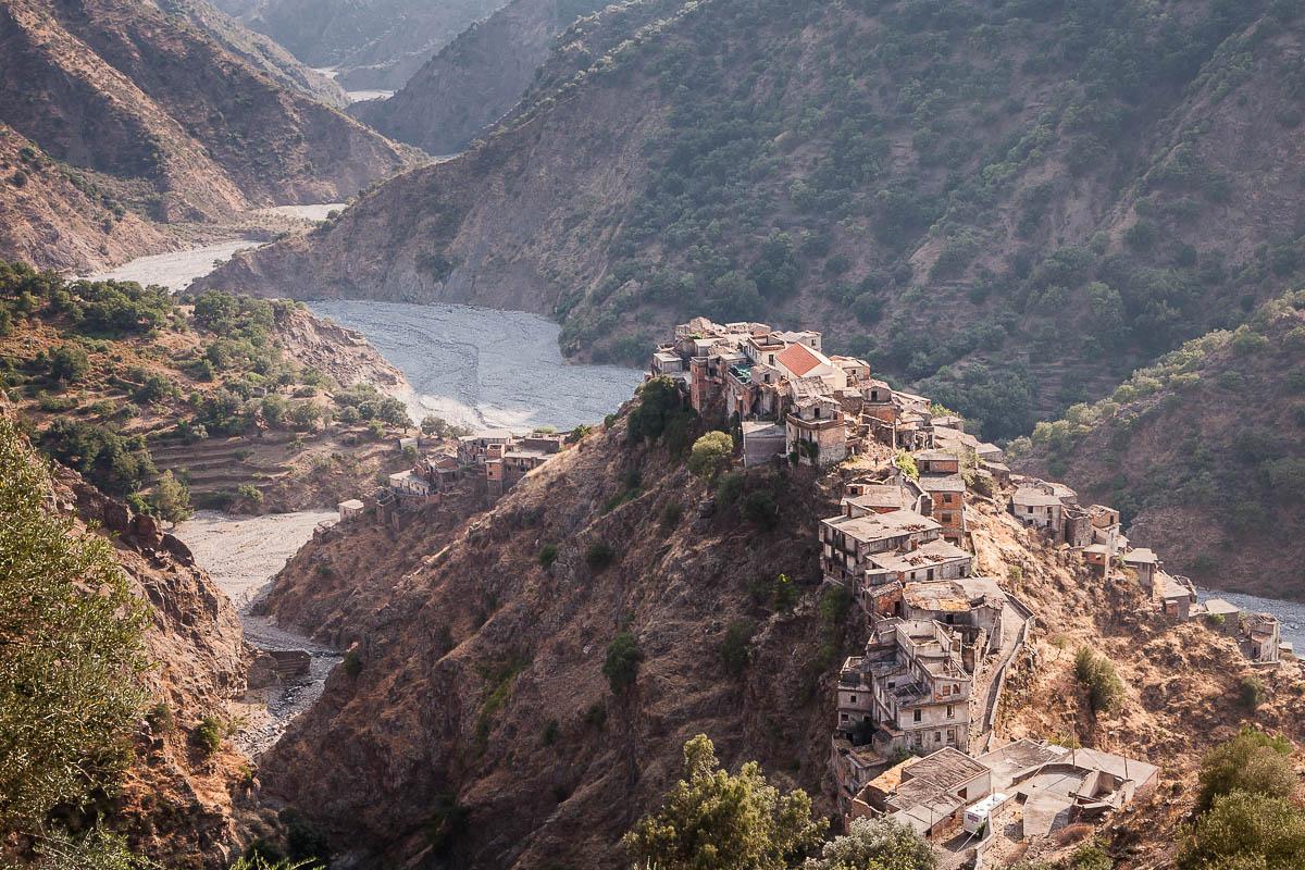 Roghudi vecchio alla confluenza tra la fiumara Amendolea e il torrente Forria