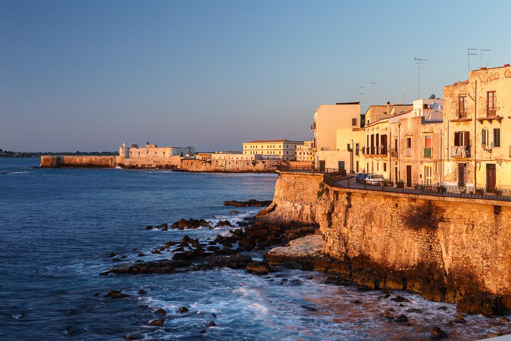 Lungomare d'Ortigia con il castello Maniace, Siracusa, Sicilia