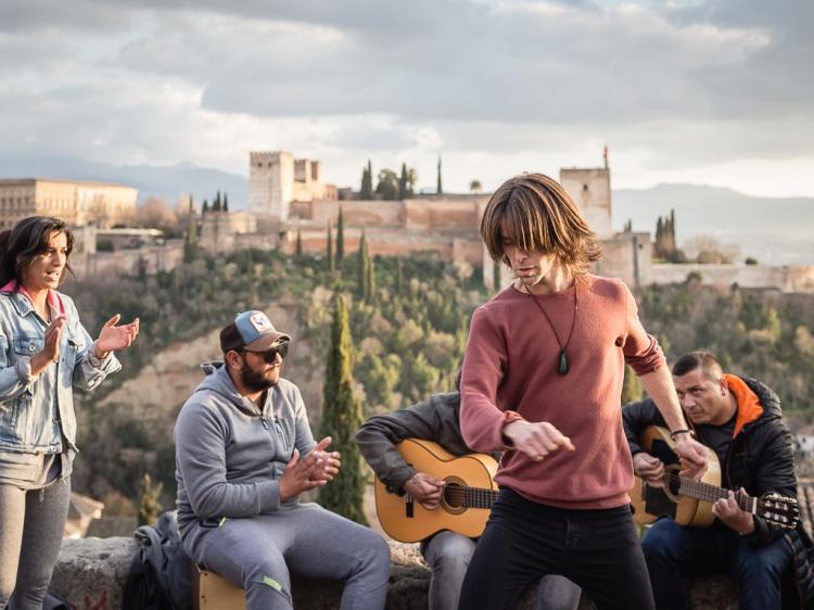 Ballerino di Flamenco con l'Alhambra sullo sfondo mirador de San Nicolás, Albaicín, Granada, Andalusia, Spain