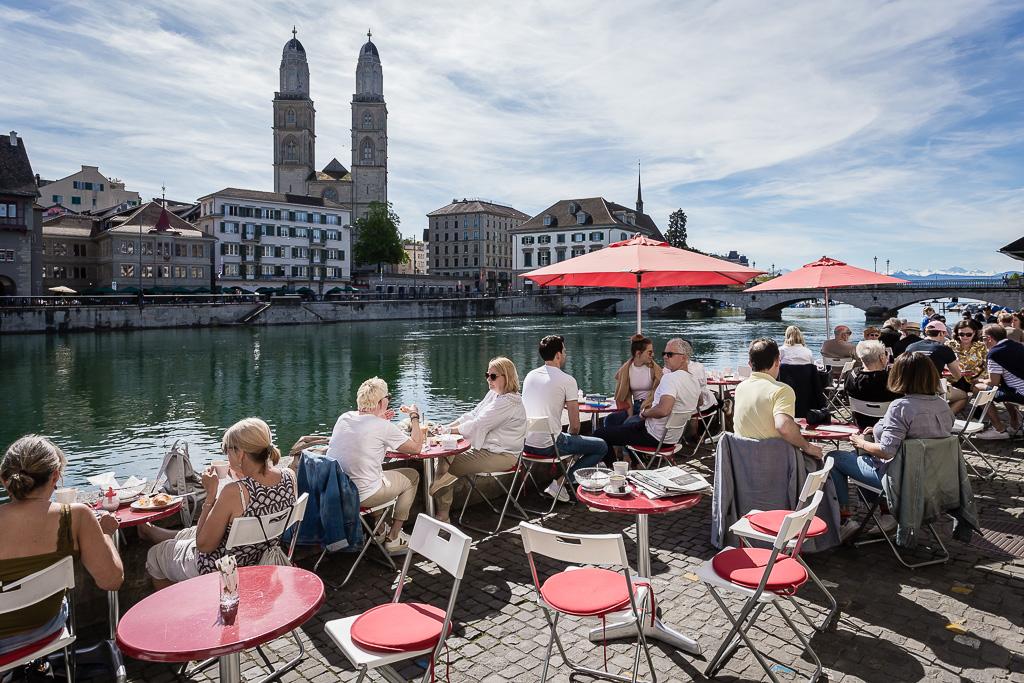 Caffè all'aperto in riva al fiume Limmat, città vecchia, Zurigo